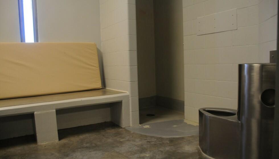 ENKEL STANDARD: Minnesota Department of Corrections har sendt ut bilder av en celle lik den Derek Chauvin nå skal sone i. Her skal han tilbringe 23 av døgnets 24 timer. Foto: Handout / Minnesota Department of Corrections / AFP
