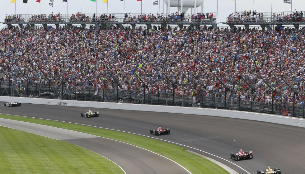 KOMMER TILBAKE: Det blir mange tilskuere igjen på Indianapolis 500 i år. Her fra løpet i 2019. Foto: AP