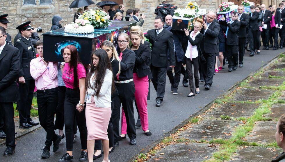 MORDBRANN: Fire barn mistet livet i mordbrannen som rystet hele Salford utenfor Manchester i 2017. 20 måneder seinere døde også mora. Nå er drapstrioen dømt på nytt. Her fra begravelsen. Foto: NTB