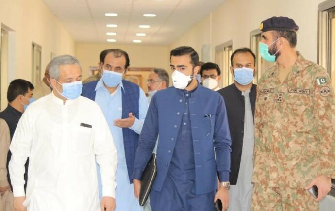 I FELT: Usman Mushtaq og pakistanske kolleger sjekker ut oksygentilførsel og intensivkapasitet på et sykehus i Balochistan, Quetta. Foto: Privat