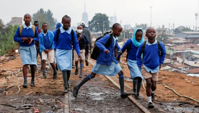 MISTET SKOLE: Skolebarn går på Kenya-Uganda-togskinnene, etter at skolene delvis ble gjenåpnet igjen. Ugands barn er hardt rammet under corona, med økt barneekteskap, vold og tenåringsgraviditeter. Foto: REUTERS / NTB