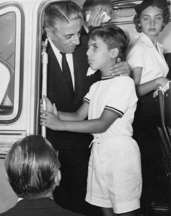 ULYKKE: 24 år gammel døde Alexander Onassis i en flyulykke. To år seinere døde faren. Her er de to avbildet sammen i 1957. Foto: REX / NTB