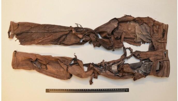 FUNNET: Disse buksene ble funnet i tilknytning til levningene. Foto: Politiet