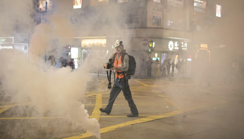 I RØYKEN: Anders Hammer filmer i tåregassen i Mong Kok-området i Hongkong. Foto: Oliver Haynes