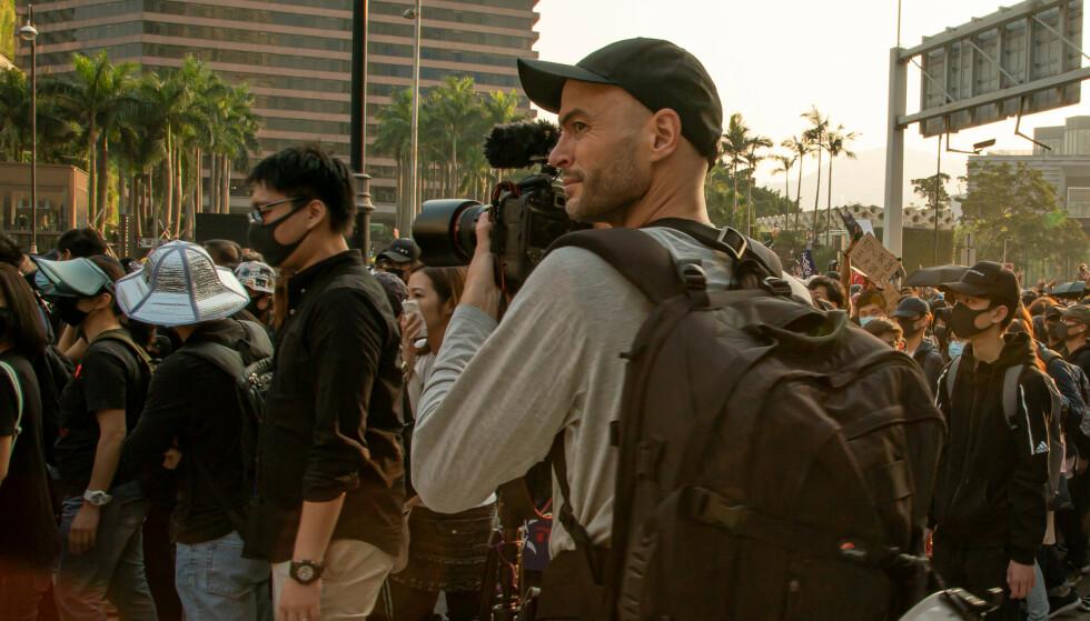 PÅ JOBB: Anders Hammer under opptak i demonstrasjon i Hongkong. Foto: Cathy Chu