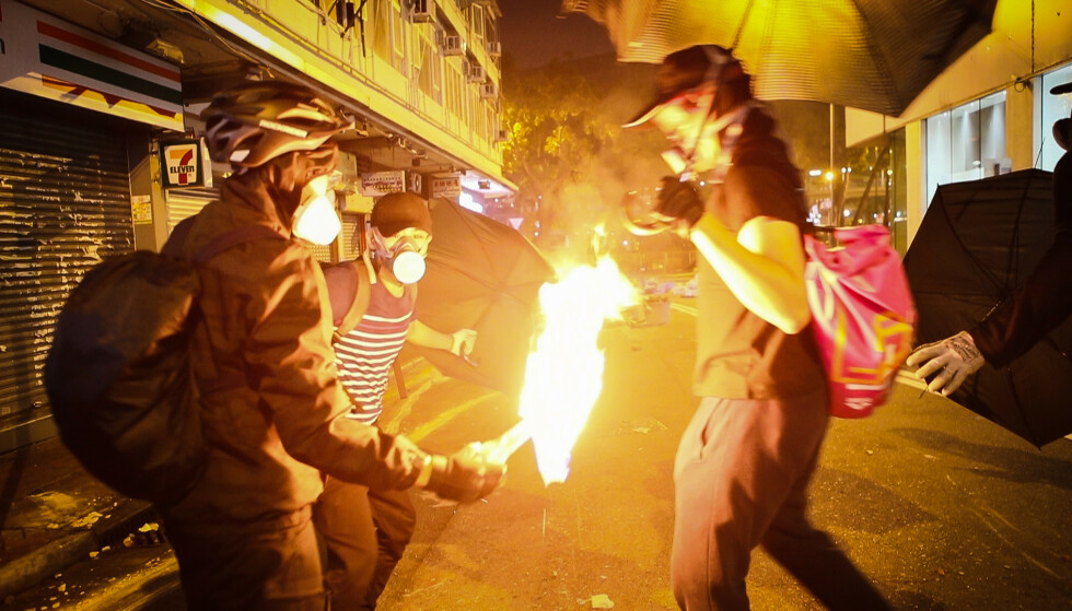 DRAMATISK: Brannbomber ble hyppig brukt av demonstrantene i Hongkong. Foto: Anders Hammer