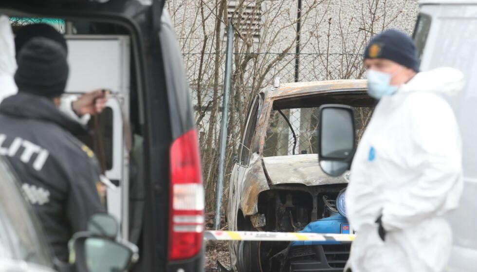I BRANN TO TIMER ETTER DRAPET: Kriminalteknikere sikrer spor fra den utbrente bilen på brannstedet i Sem i Tønsberg. Foto: Bjørn Langsem / Dagbladet.