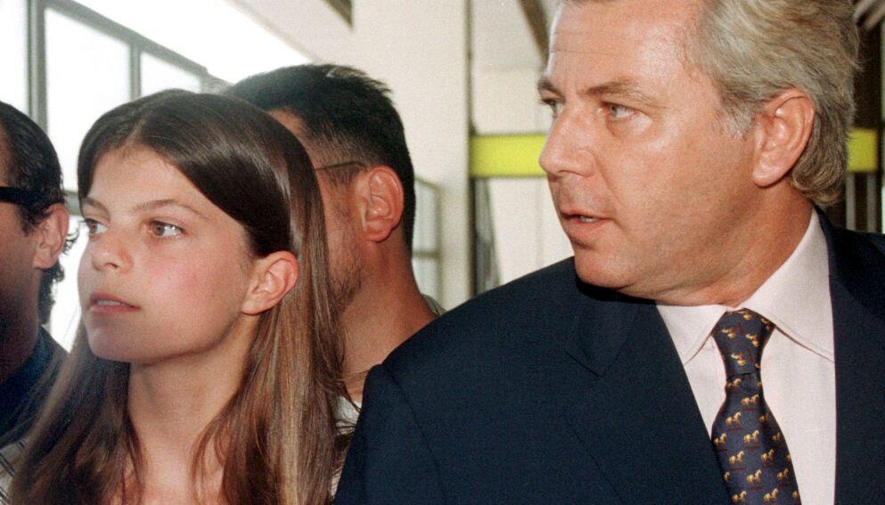 ARVING: Onassis-familiens liv var fylt med en rekke tragedier og ellevilt pengebruk. I dag er det bare Athina, enearving til formuen, som lever. Her avbildet med sin far Thierry Roussel i 1998. Foto: Lefteris Pitarakis / AP Photo / NTB