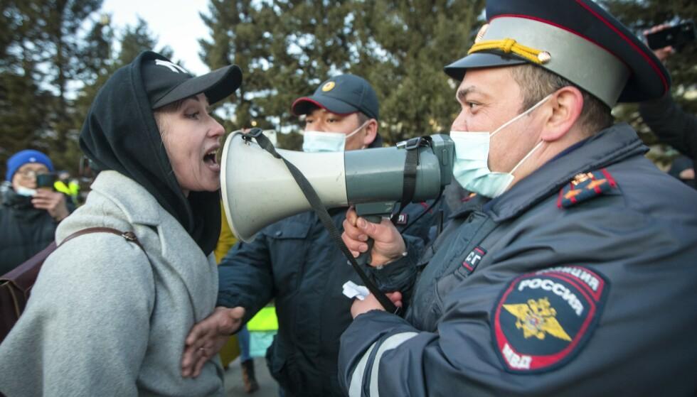 AVMAKTENS ANSIKT: Også i Ulan Ude, ved grensa til Mongolia var det demonstrasjoner. Foto: AP / NTB