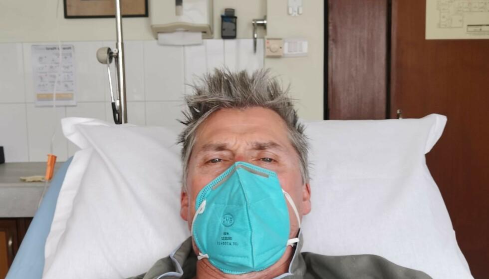 SYKEHUS: Erlend Ness deler bilde av seg selv på det første sykehuset han ble innlagt ved. Foto: Privat
