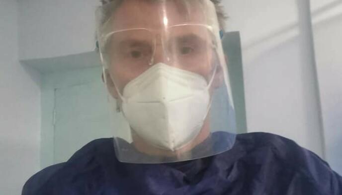 FACEBOOK: Ness deler bilder og oppdateringer fra sykehuset på Facebook. Her har han fått på seg smittvernutstyr før en ny skanning. Foto: Privat