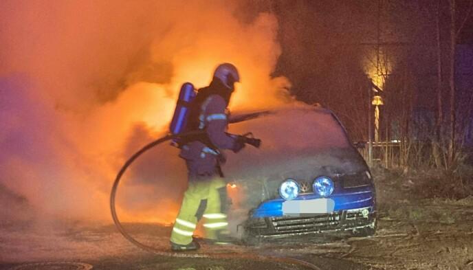 FORBINDELSE: Samme kveld/natt som drapet brant denne bilen på Sem i Tønsberg. Politiet setter de to hendelsene i forbindelse med hverandre. Foto: Vestfold interkommunale brannvesen