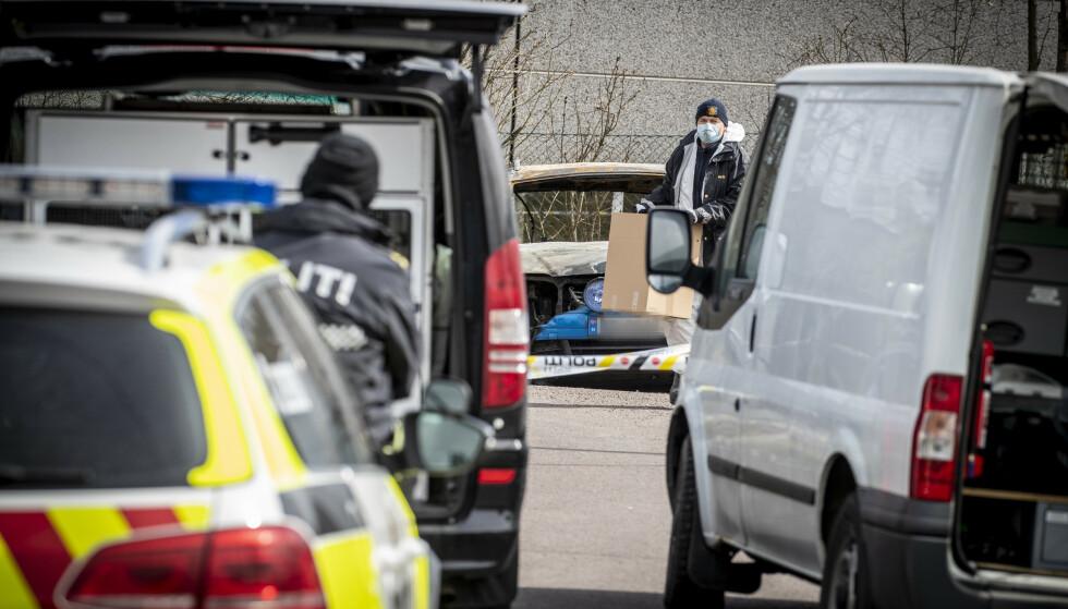 ETTERFORSKNING: Politiet i sving på Sem, hvor en bil brant samme kveld/natt som drapet. Foto: Bjørn Langsem / Dagbladet
