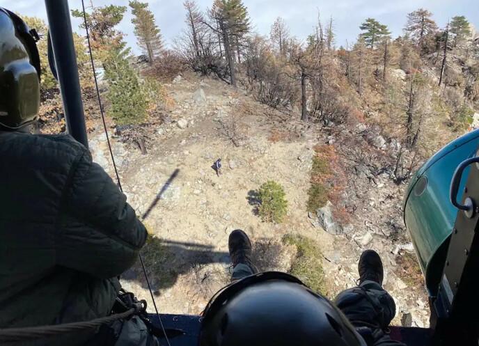 FUNNET: Redningsmannskapene finner Compean høyt oppe i fjellene etter 27 timer. Foto: Los Angeles County Sheriff's Department