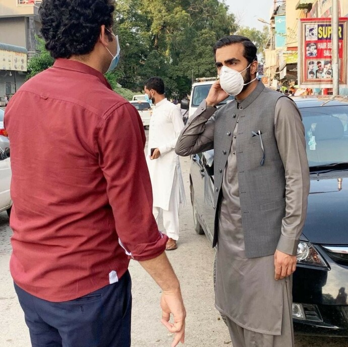I FELT: Her er Usman Mushtaq på jobb i Pakistan. Foto: Privat