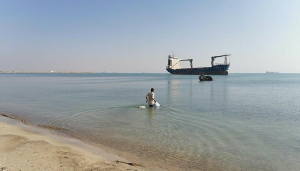 PÅ EGENHÅND: Siden mars 2020 er Aisha vært nødt til å selv svømme i land for å hente mat og vann. Foto: ITF / Privat