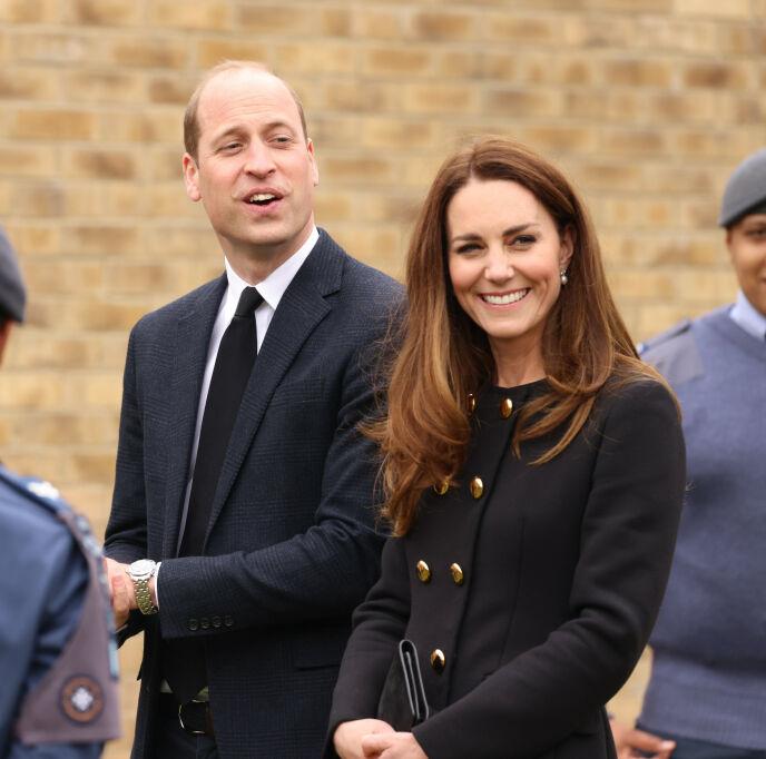 KLEDD I SORG: For å hedre den avdøde prins Philip, var hertugparet av Cambridge kledd i sort for anledningen. Foto: PA Photos / NTB