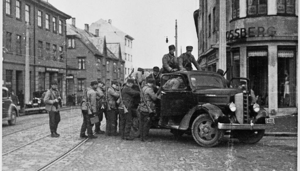 VESTLANDSHÆREN: Norske soldater fotografert i Bergen 9. april 1940. Foto: FRA BOKA