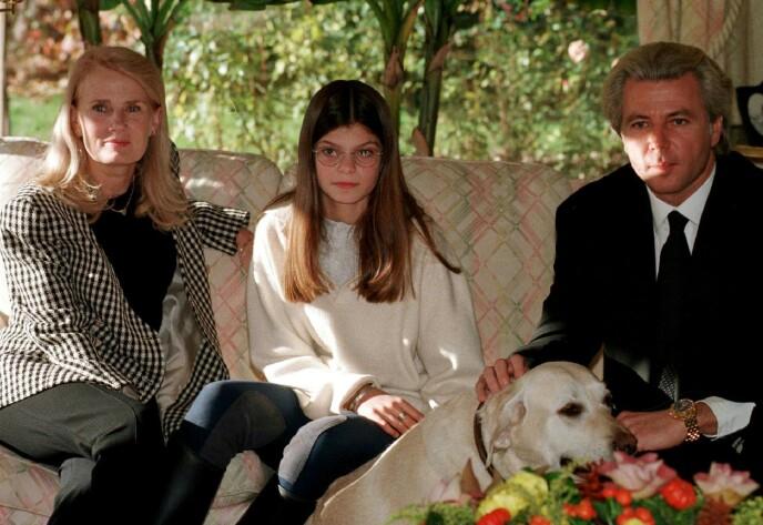 I SVEITS: Athina Onassis (midten) sammen med faren Thierry Roussel og stemora Marianne «Gaby» Landhage, avbildet i forbindelse med et intervju i deres hjem utenfor Lausanne i Sveits i 1997. Foto: Pierre Virot/ Reuters/ NTB