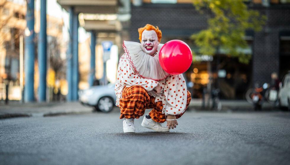INNSATS: Ronny Brede Aase har, tradisjonen tro, fått gjennomgå i «P3-aksjonen». Her fra 2019, da han ble kledd ut som den fryktinngytende klovnen i Stephen Kings «It». Foto: Kim Erlandsen / NRK