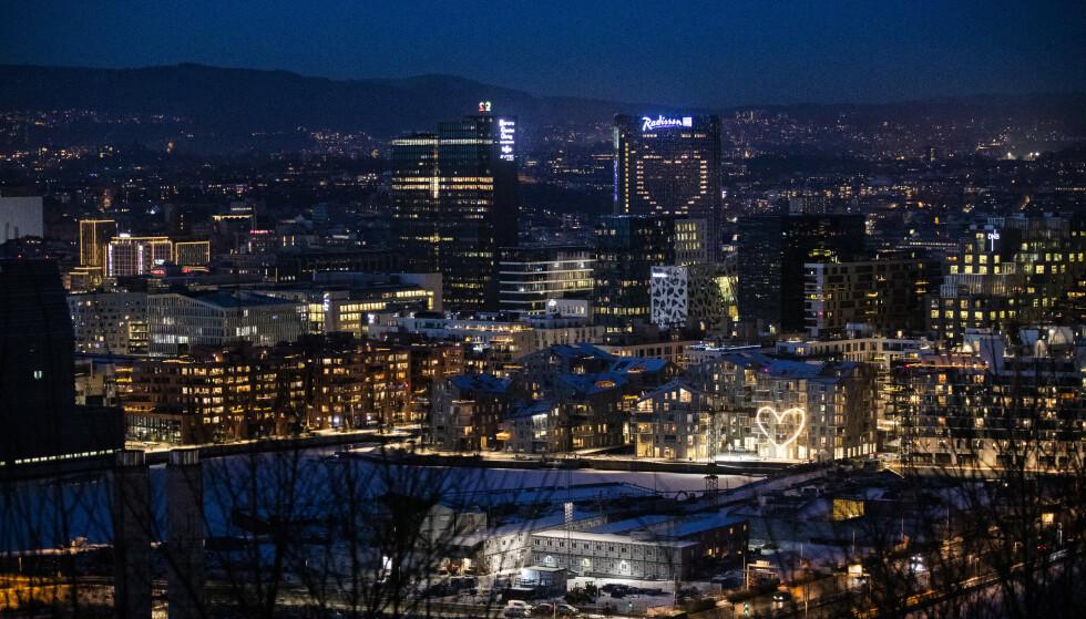 STORE ANSAMLINGER: I Oslo er det forbudt å ha mer enn to personer, utover husstanden din, på besøk samtidig. Det ser flere ut til å glemme. Foto: Berit Roald / NTB