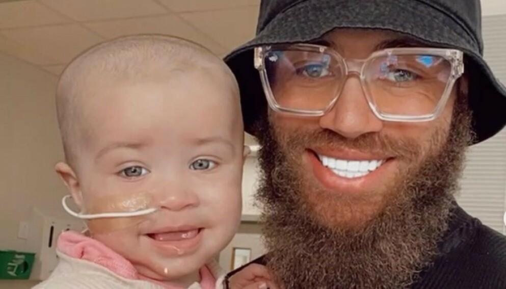 DØD: Åtte måneder gamle Azaylia har hatt leukemi siden hun var nyfødt. I dag gikk hun bort. Det melder foreldrene selv. Foto: Skjermdump / Instagram