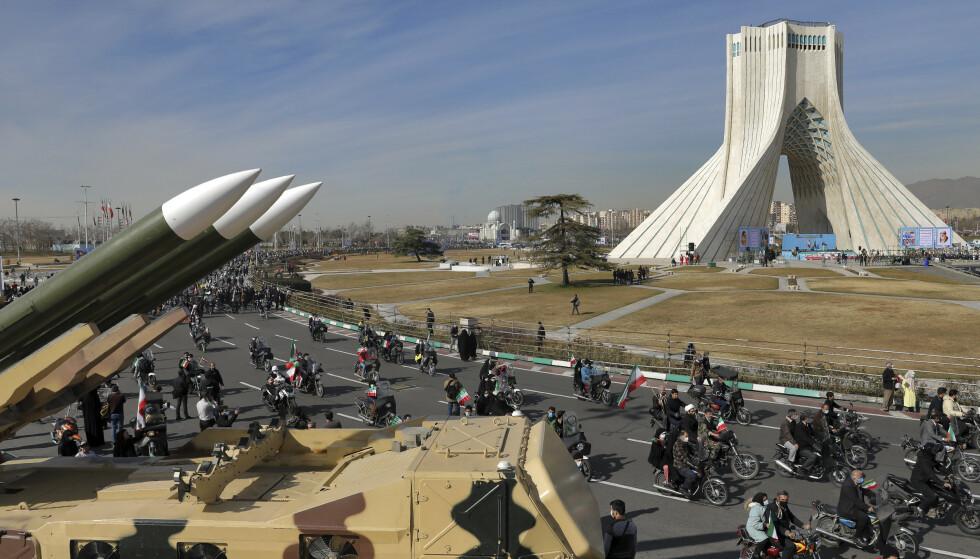 MEKTIGE AYATOLLAER: Iranske myndigheter viste fram mye av sitt våpenarsenal da 42-årsdagen for den islamske revolusjonen ble feiret 10. februar. Bildet er fra Frihetsplassen i Teheran. Foto: Ebrahim Noroozi/AP/NTB Scanpix