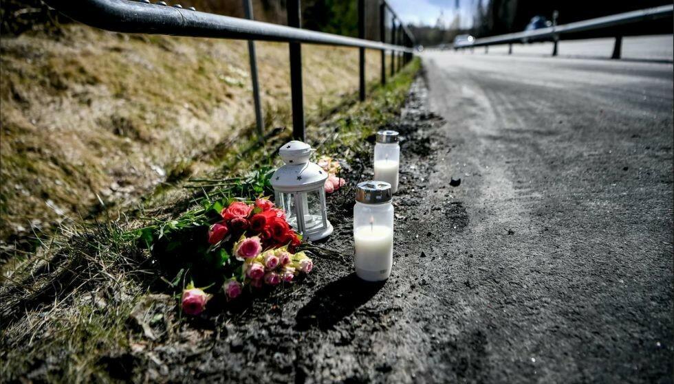 MINNES: Det er tent lys og lagt ned blomster på stedet der dødsulykken skjedde. Foto: Alex Ljungdahl / Expressen
