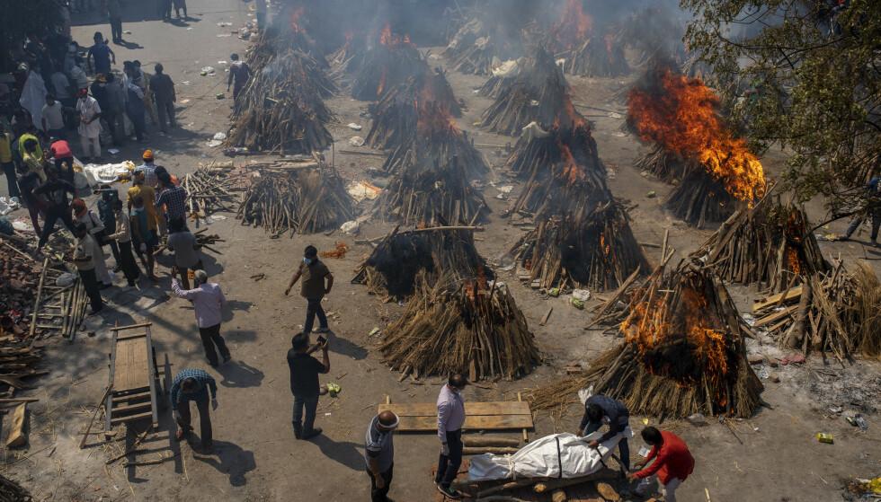 UREGISTRERTE DØDSFALL: Mange krematorier og gravlunder i India sier de offisielle tallene ikke er i nærheten av å gjenspeile økningen i antallet døde de mottar. Foto: Altaf Qadri / AP / NTB