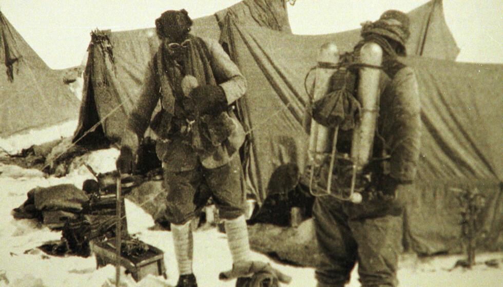 DET SISTE BILDET: George Mallory og Andrew Irvine på vei opp på Mount Everest i juni i 1924. Foto: AP / NTB