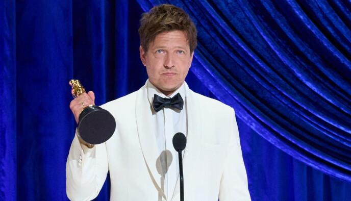 BRAST I GRÅT: Danske Thomas Vinterberg og «Et Glass Til» vant prisen for Beste internasjonale film. Prisen dedikerte han til datteren Ida, som døde i en bilulykke samtidig som innspillingen av filmen pågikk. Foto: AFP / NTB.