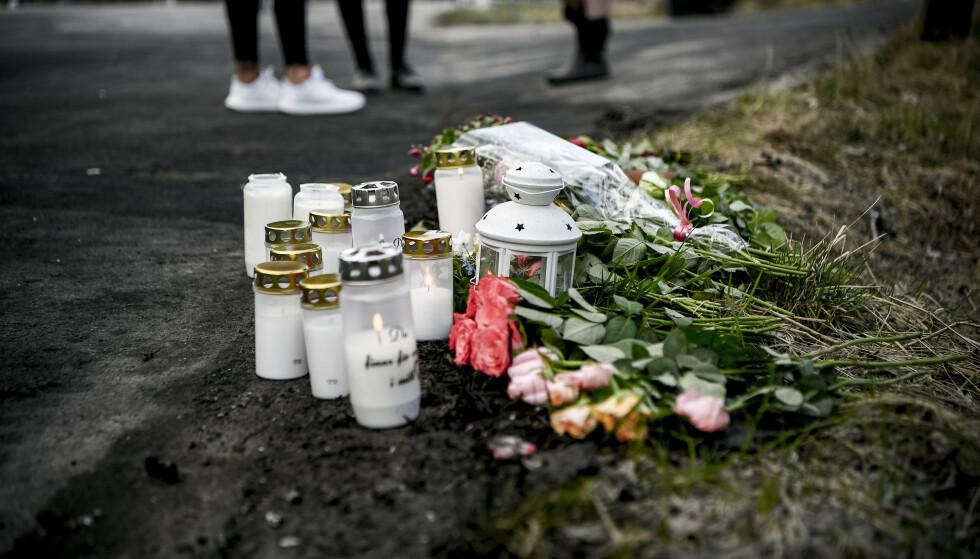 TENT LYS: Folk har tent lys og lagt blomster på ulykkesstedet. Foto: Alex Ljungdahl/Expressen.