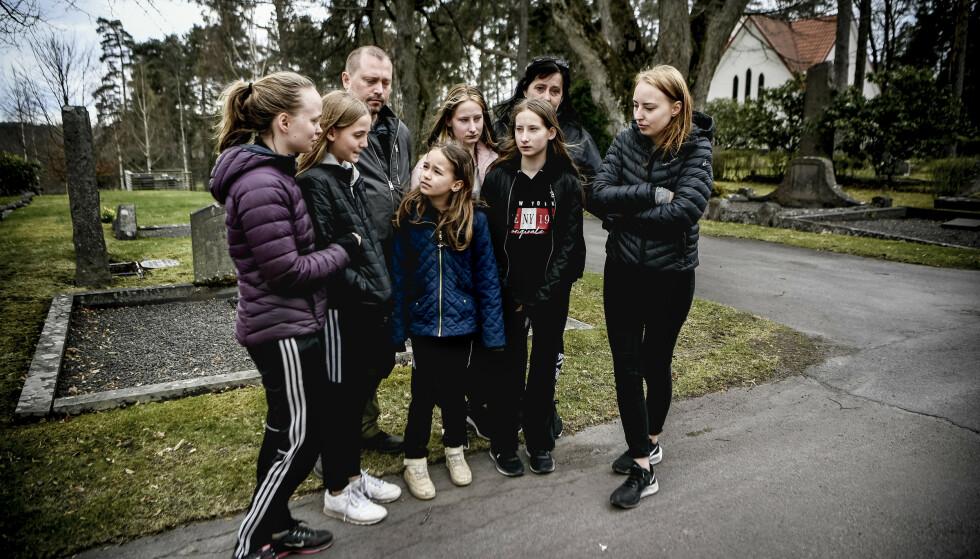 FAMILIEN I SORG: Familien til Olivia Högberg, som mistet livet i den voldsomme bilulykken mellom Degerfors og Karlskoga i Sverige natt til lørdag. Foto: Alex Ljungdahl/Expressen.