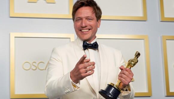 BEVISET: I hånda holder Thomas Vinterberg Oscar-statuetten som bevis for at han i natt vant prisen for Beste internasjonale film. Foto: NTB