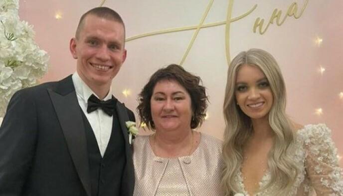 STJERNESPEKKET: Russlands skipresident Jelena Välbe gjestet bryllupet, og poserte med brudeparet. Foto: Instagram