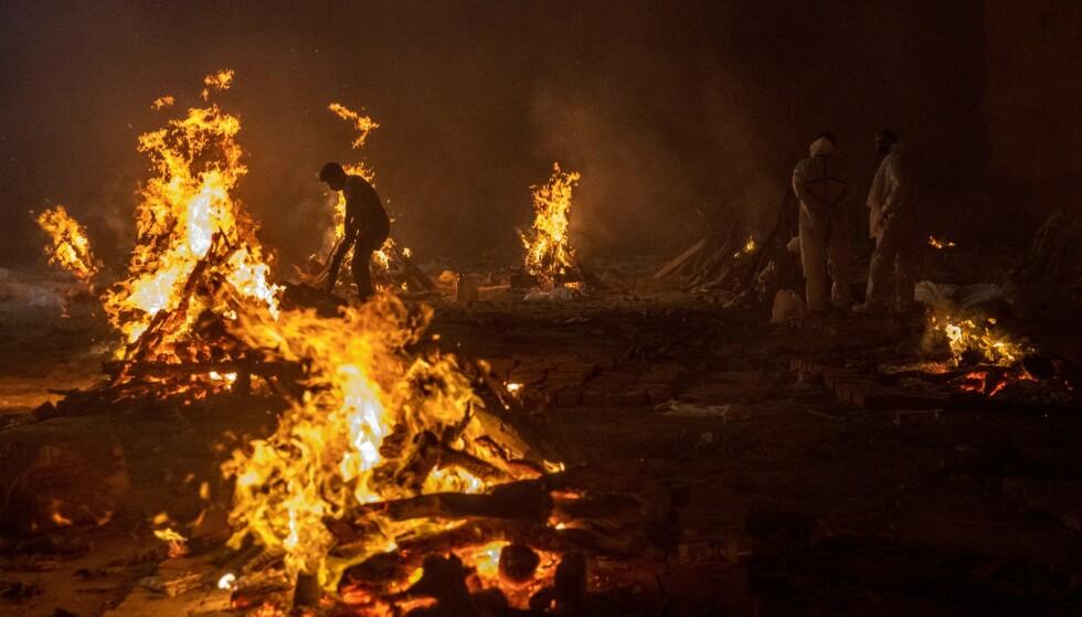 MASSEKREMERES: Likbål i New Dehli, India 24. april. Foto: NTB