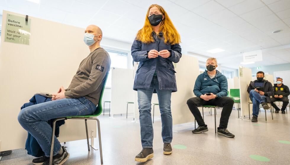 GODT I GANG: Enkelte Oslo-bydeler har kommet langt i vaksineringen. Her fra vaksinesenteret i Bjerke bydel, hvor de er i gang med vaksineringen av 64 til 45 år, samt 18 til 64 år med risiko for alvorlig sykdom. Mandag har over 150 000 personer fått første dose i Oslo. Foto: Håkon Mosvold Larsen / NTB