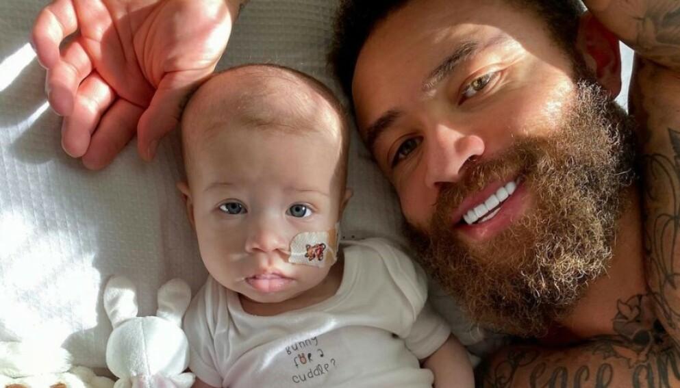 I SORG: Åtte måneder gamle Azaylia har hatt leukemi siden hun var nyfødt. I helga gikk hun bort, og nå åpner foreldrene opp om sorgen. Foto: Skjermdump / Instagram