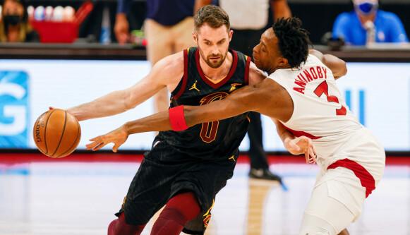 GA OPP?: I løpet av kampen mellom Cleveland Cavaliers og Toronto Raptors ser det rett og slett ut til at Kevin Love gir opp. Foto: Nathan Ray Seebeck-USA TODAY Sports