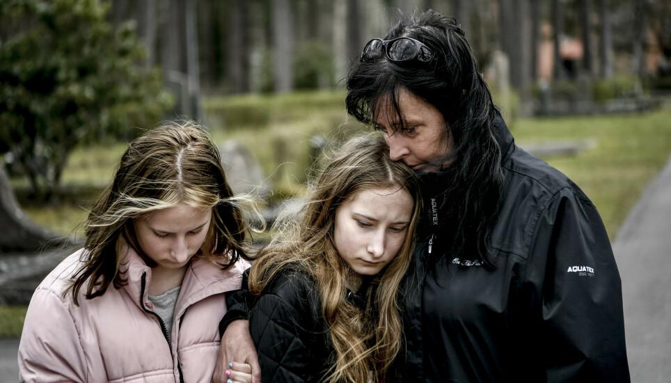 PREGET: Familien til 18-år gamle Olivia Högberg, som mistet livet i den voldsomme trafikkulykken natt til lørdag. Foto: Alex Ljungdahl/Expressen.