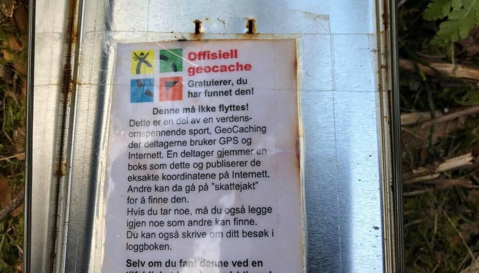 FUNNET: Denne boksen ble funnet på innsiden av dukkas klær. Foto: Privat
