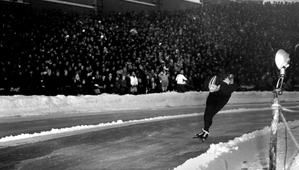 FALT: Johan Bruns berømte bilde av Hjallis på Bislett, Oslo 1955. Hjallis falt på isen, og ble angivelig blendet av blitsen fra Bruns kamera. Foto: Johan Brun / Dagbladets bildearkiv