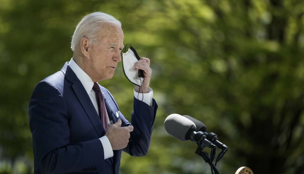 CORONA: USAs president Joe Biden talte om coronasituasjonen i USA tirsdag kveld. Før talen tok han av seg munnbindet, noe vaksinerte amerikanere også får gjøre i mange situasjoner framover. Foto: AFP / NTB.