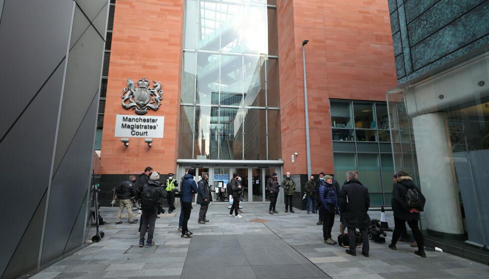 STORT OPPBUD: Media venter på Ryan Giggs utenfor retten i Manchester. Foto: NTB