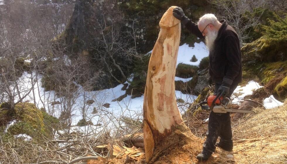TREPIKK: Her står kunstneren Even Bie-Larsen med sin nye kreasjon. Foto: Jan Åge Johansen