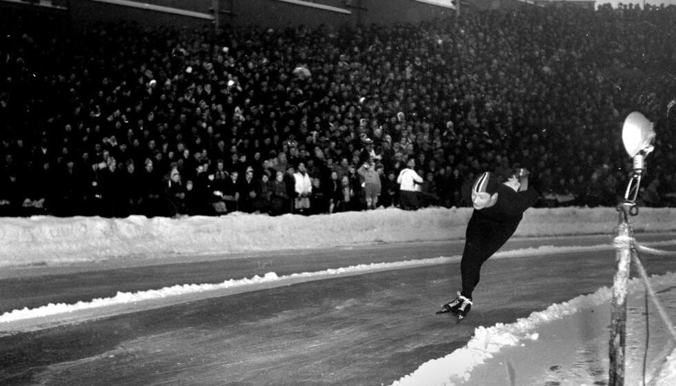 HJALLIS SOM FALT: Johan Bruns berømte bilde av Hjallis på Bislett i 1951. Hjallis falt på isen, og ble angivelig blendet av blitsen fra Bruns kamera. Årsaken var visstnok at skøyta kom borti en liten metallstolpe - tilfeldigvis da blitzen gikk av. Foto: Johan Brun
