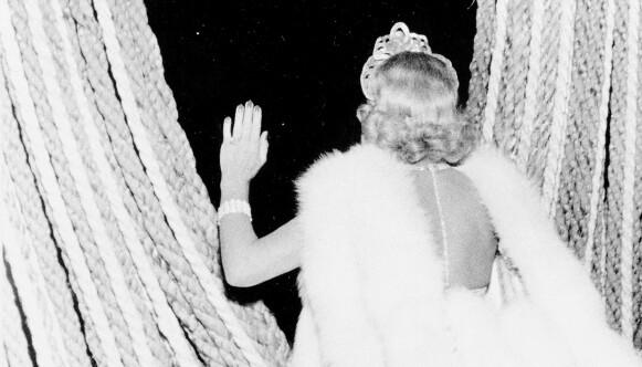 SONJA HENIE: 1953, en spent skøytedronning i et vanskelig øyeblikk. Det er like før Sonja Henie glir ut til sin første opptreden i Oslo etter mange års fravær: Isshow på Jordal Amfi. Foto: Johan Brun