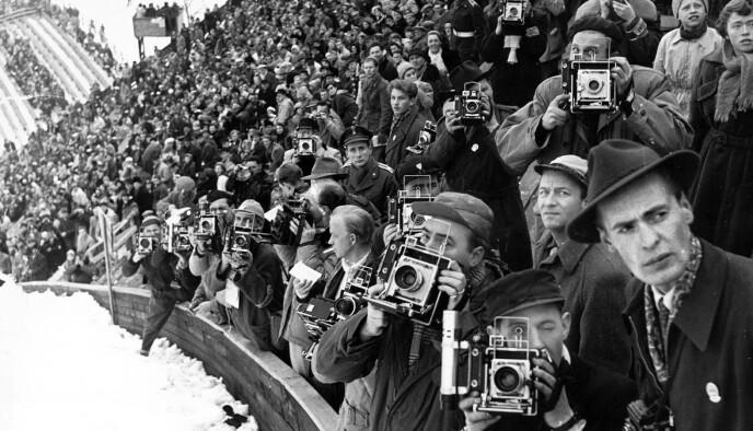 OL I HOLMENKOLLEN 1952: Dette er fotograftribunen under hopprenn i Holmenkollen.Og fotografene var på plass. Det var ikke akkurat autofokus den gangen. Foto: Johan Brun
