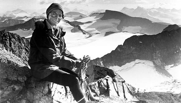 GALDHØPIGGEN 1976: Daværende kronprinsesse Sonja på fjelltur, med Dagbladets utsendte å slep. Foto: Johan Brun