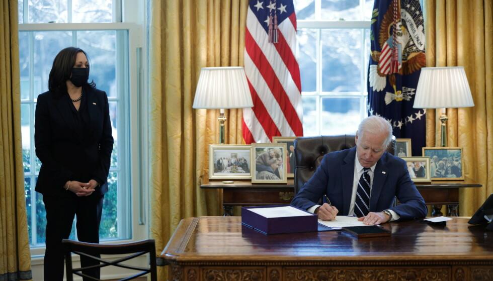 SEIER: 10. mars vedtok Kongressen Joe Bidens foreslåtte økonomiske redningspakke. Dagen etter signerte han lovforslaget, som da trådte i kraft. Her med visepresident Kamala Harris. Foto: Reuters / NTB